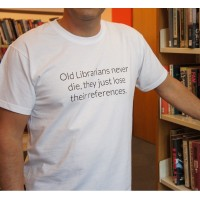 "T-Shirt - ""Old librarians never die, they just lose their references"""
